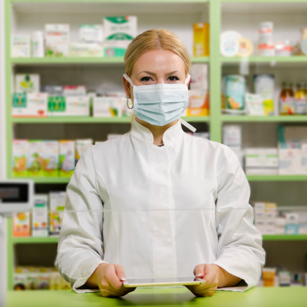 Farmaceutica con mascarilla aromatización de farmacias